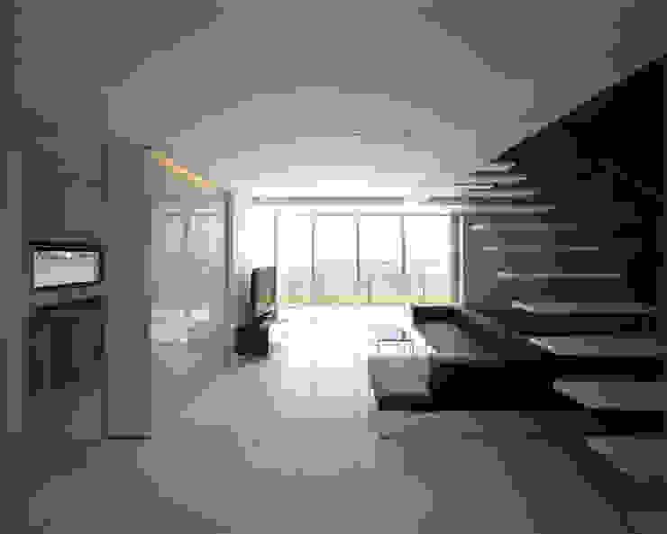 1階リビング: 株式会社アルフデザインが手掛けたリビングです。,