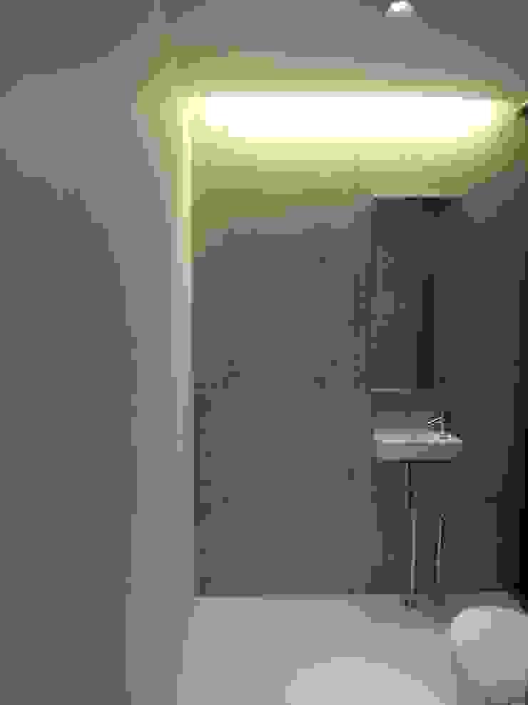 1階トイレ手洗い モダンスタイルの お風呂 の 株式会社アルフデザイン モダン