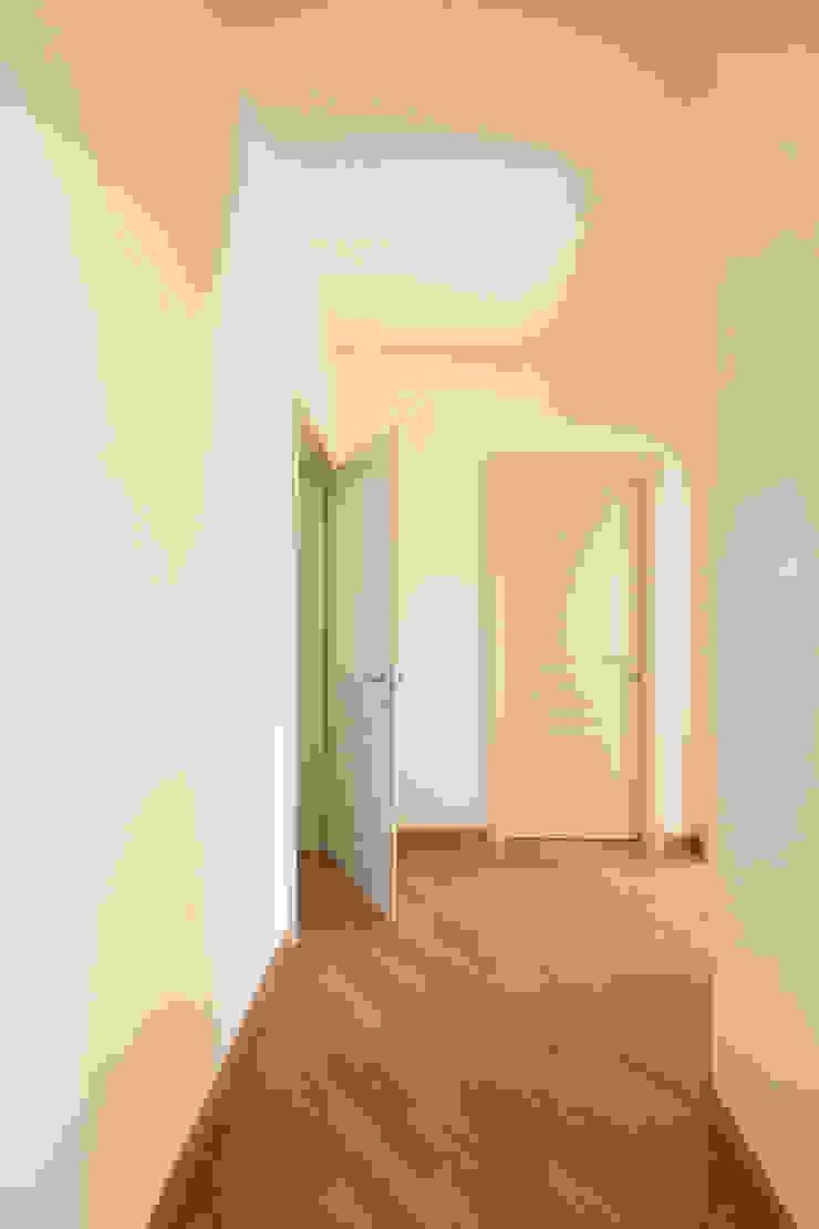 Klasyczny korytarz, przedpokój i schody od Doser S.p.A. Klasyczny