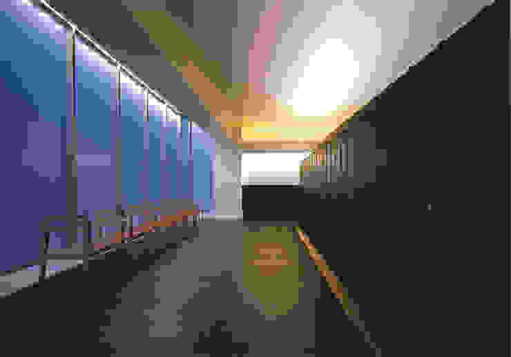 内部の納骨棚と椅子 の 株式会社アルフデザイン モダン
