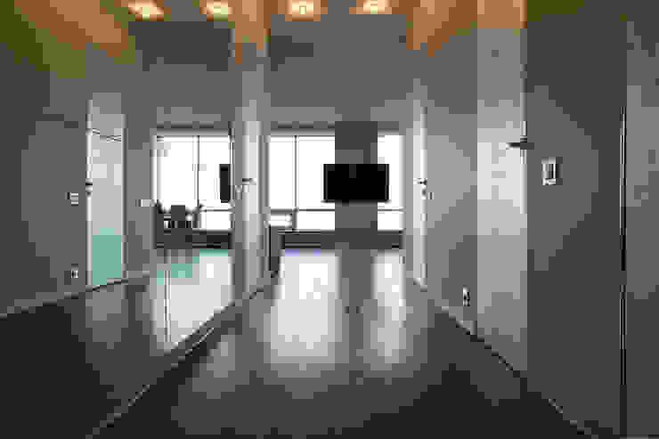 Квартира в ЖК Аэробус Коридор, прихожая и лестница в стиле минимализм от JulyAlex Минимализм