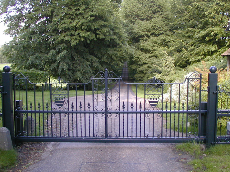 Automatic steel gates Eclectic style garden by AGD Systems Eclectic
