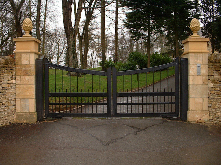Automatic timber gates AGD Systems Eclectic style houses