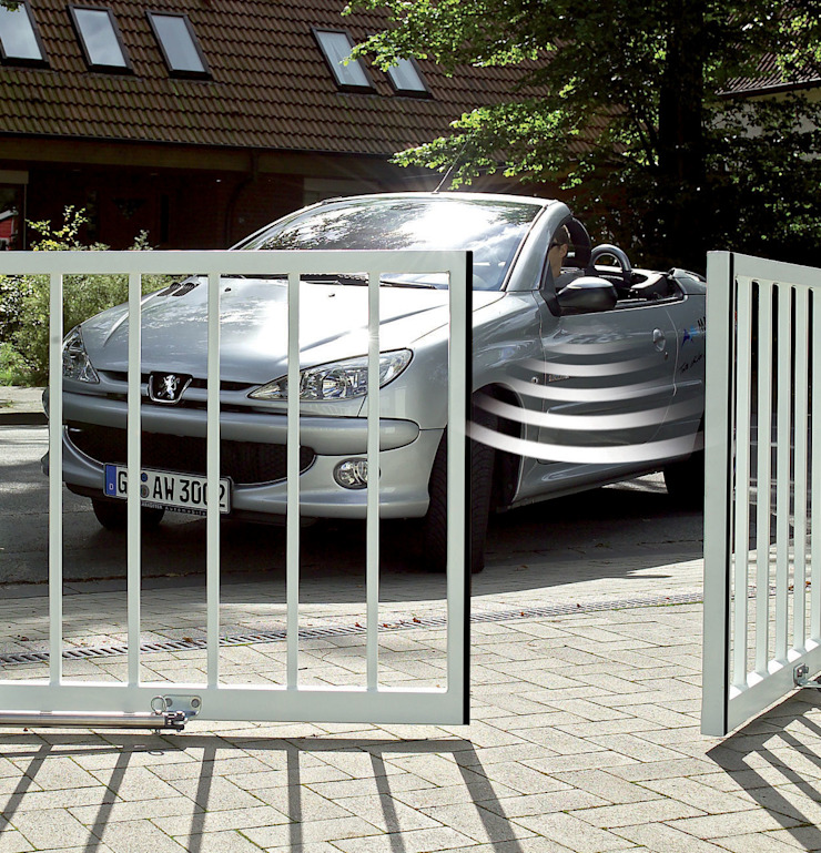 Automatic remote controlled steel swing gates AGD Systems Eclectic style garden
