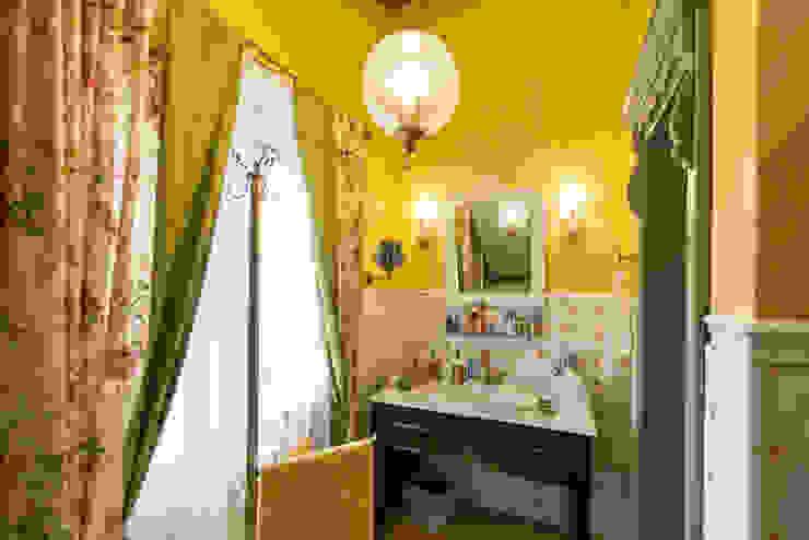 ИНТЕРЬЕР В СТИЛЕ КАНТРИ: Ванные комнаты в . Автор – Студия интерьерного декора PROSTRANSTVO U,