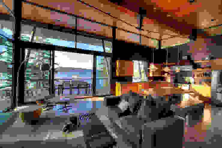 Coeur D'Alene Residence Salas de estar modernas por Uptic Studios Moderno