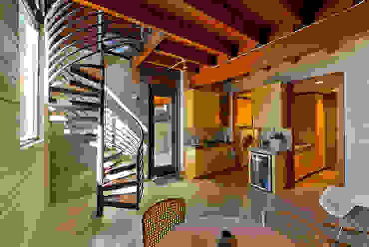 Coeur D'Alene Residence Corredores, halls e escadas modernos por Uptic Studios Moderno