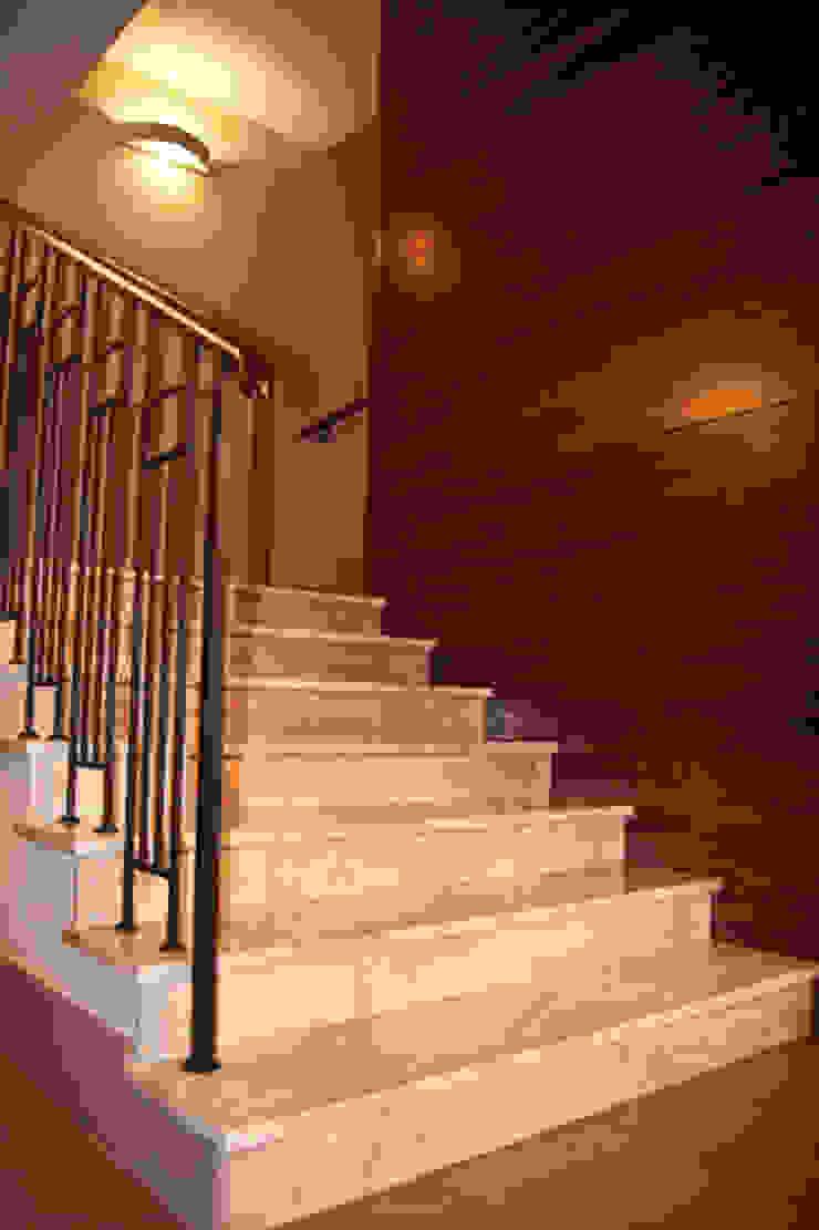 Couloir, entrée, escaliers classiques par BAGOMAR Sp. z o.o. Classique