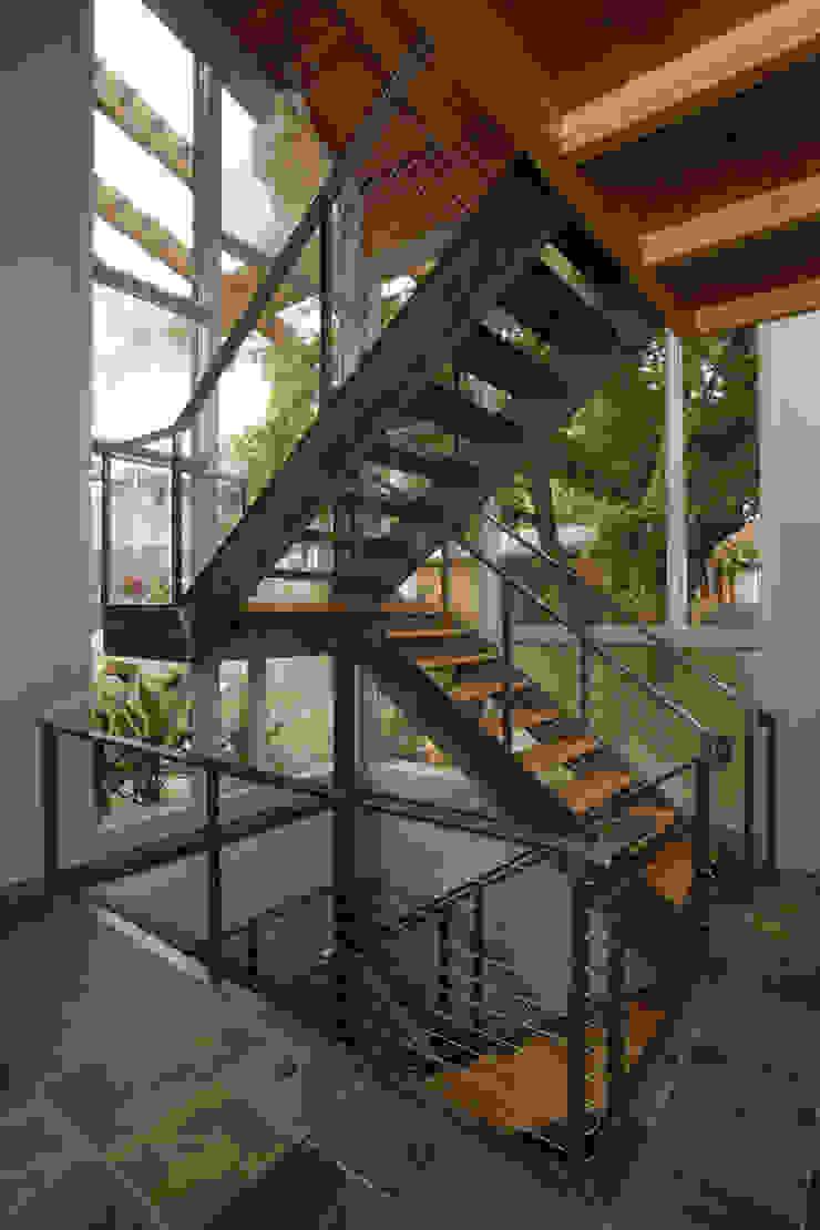 Liberty Lake Residence Nowoczesny korytarz, przedpokój i schody od Uptic Studios Nowoczesny
