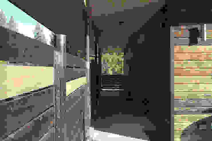 Camp Hammer Uptic Studios Hành lang, sảnh & cầu thang phong cách hiện đại