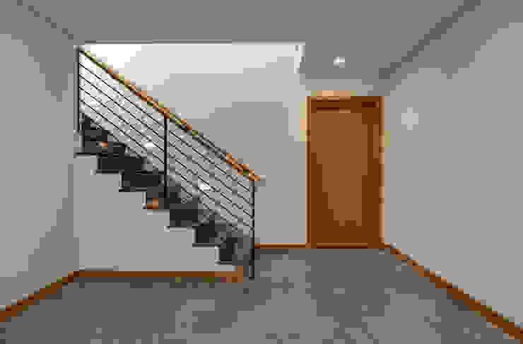 Pasillos y hall de entrada de estilo  por Uptic Studios, Moderno