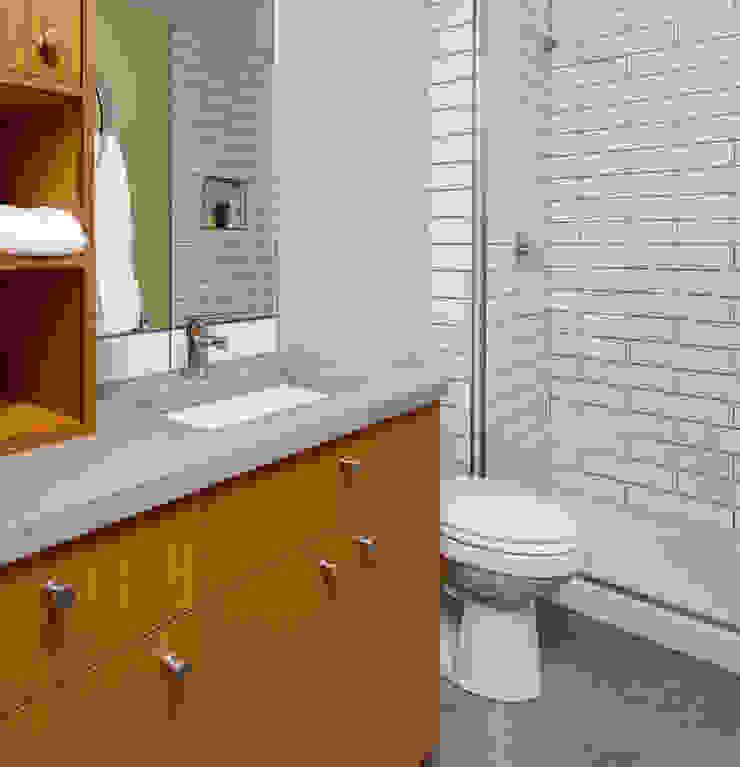 Denver Street Lot 7 Ванная комната в стиле модерн от Uptic Studios Модерн
