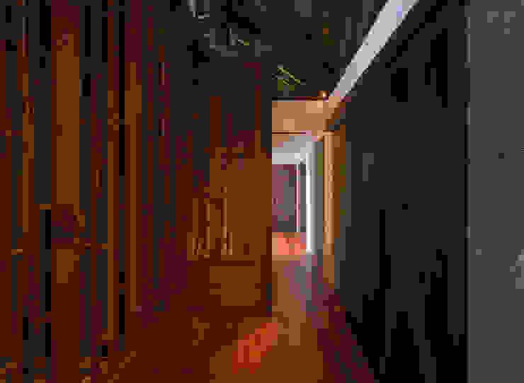 Paredes y suelos de estilo asiático de 岡部義孝建築設計事務所 Asiático