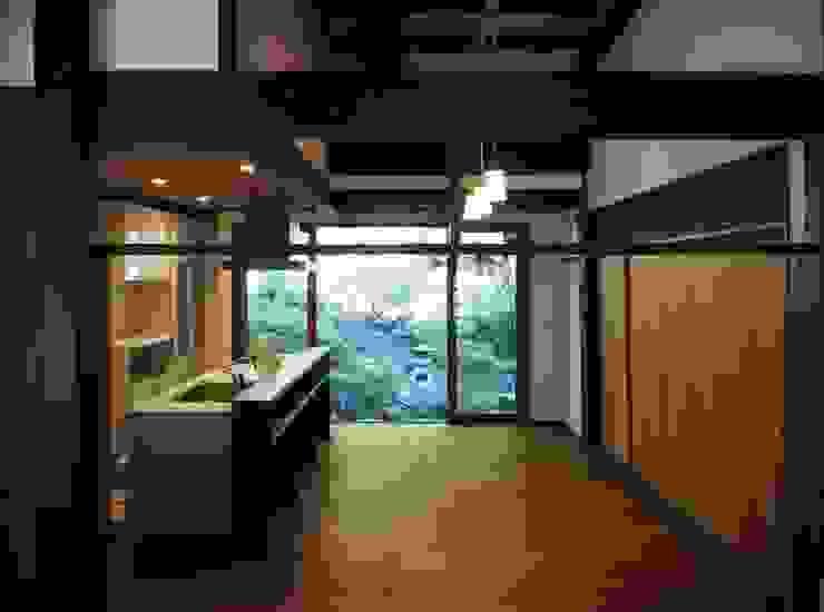 ダイニングキッチンからの東の庭: 土公建築・環境設計室   DOKO Archtecture & Environmental Designsが手掛けたクラシックです。,クラシック