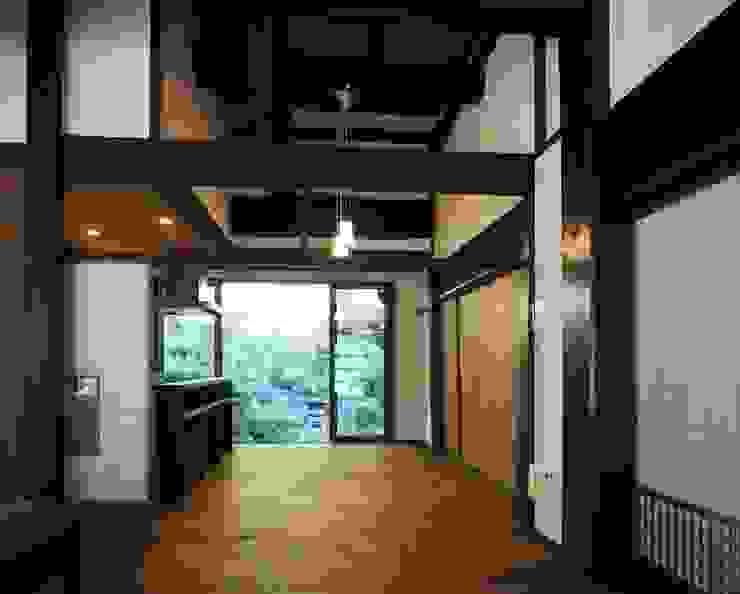 東の庭との大きな一体感: 土公建築・環境設計室   DOKO Archtecture & Environmental Designsが手掛けたクラシックです。,クラシック