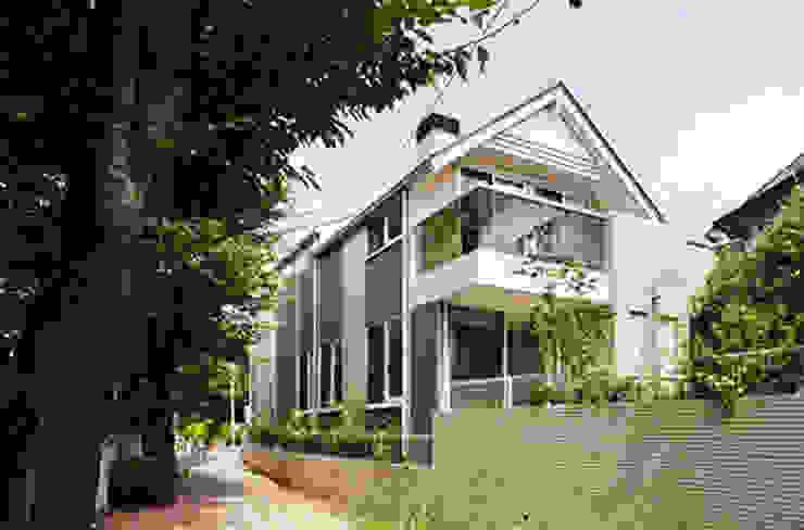 Modern houses by 株式会社 間瀬己代治設計事務所 Modern