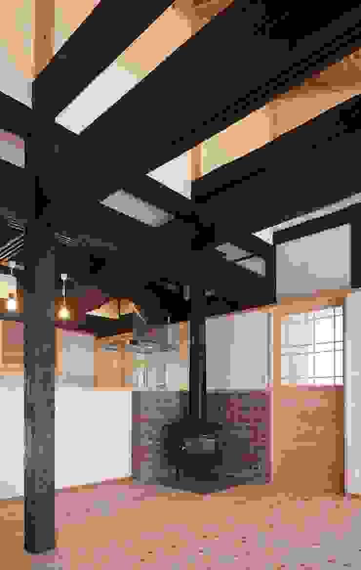 薪ストーブ: 土公建築・環境設計室   DOKO Archtecture & Environmental Designsが手掛けたクラシックです。,クラシック