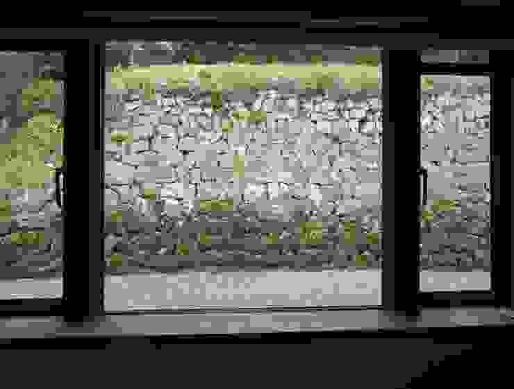 ダイニングの窓から: 土公建築・環境設計室   DOKO Archtecture & Environmental Designsが手掛けたクラシックです。,クラシック