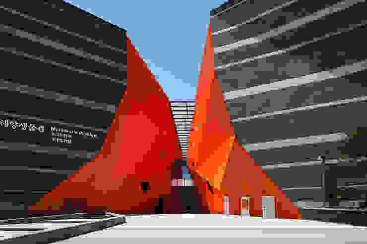 주출입구: Gansam Architects & Partners의  전시장,모던