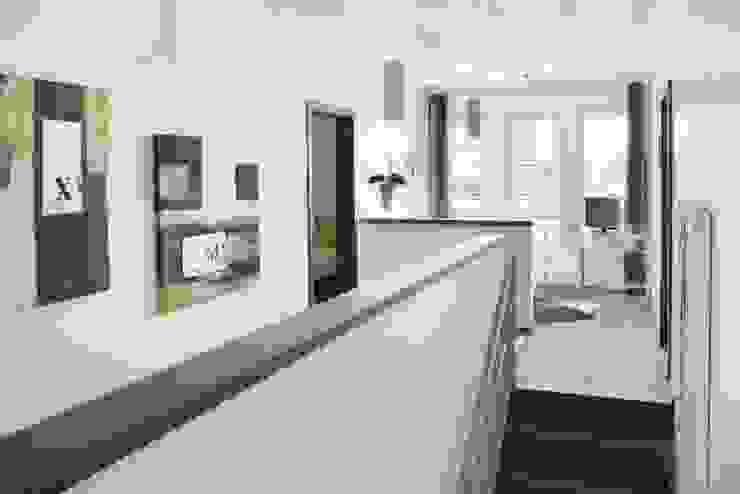Nowoczesny korytarz, przedpokój i schody od RENSCH-HAUS GMBH Nowoczesny