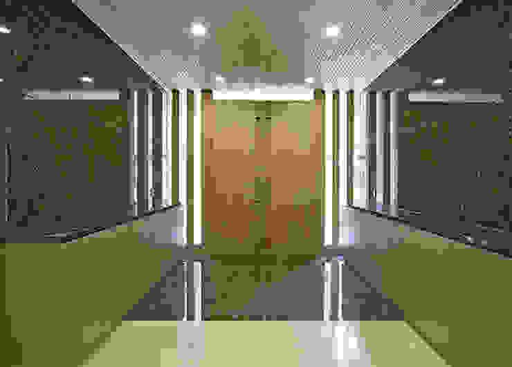 Modern windows & doors by 株式会社 間瀬己代治設計事務所 Modern