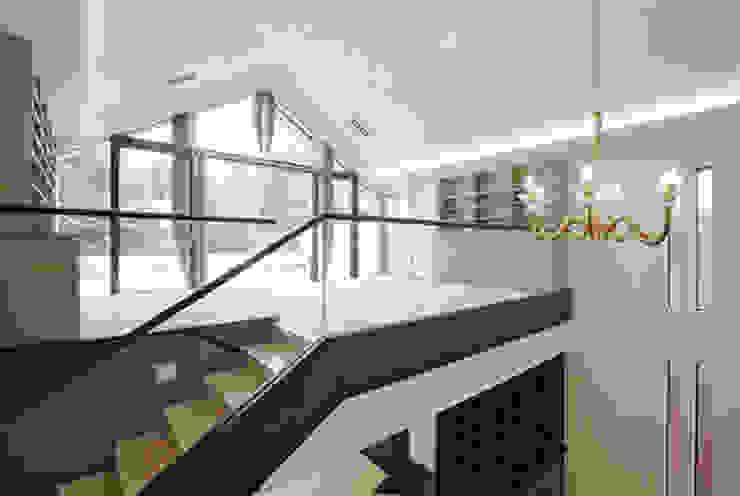 Modern style media rooms by 株式会社 間瀬己代治設計事務所 Modern