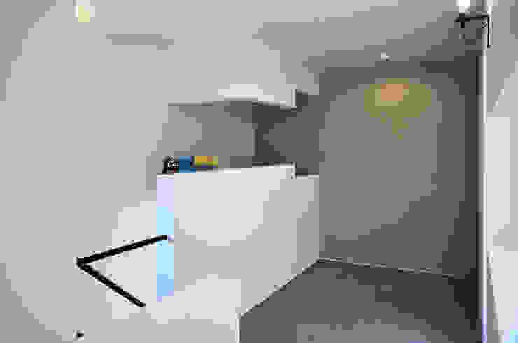 Salas multimedia de estilo moderno de 株式会社アトリエカレラ Moderno