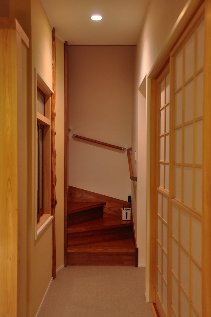 Classic style corridor, hallway and stairs by 株式会社アトリエカレラ Classic