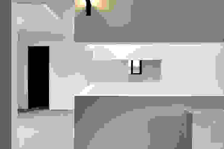Pasillos, vestíbulos y escaleras modernos de 株式会社アトリエカレラ Moderno