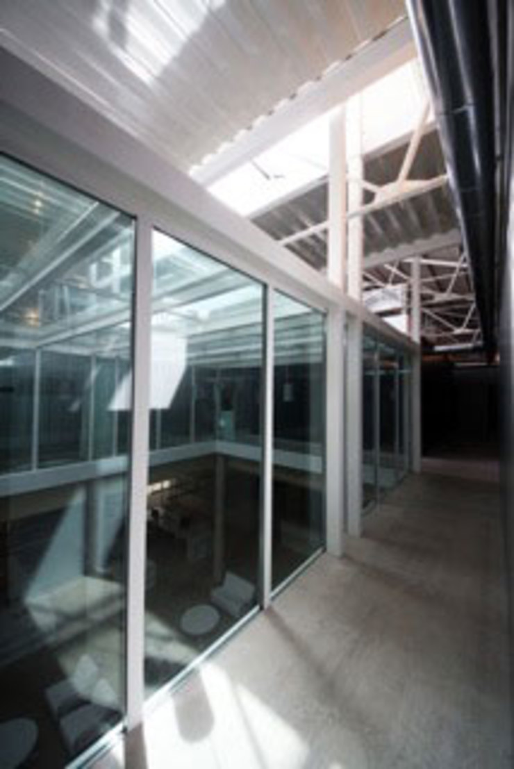 "REHABILITACIÓN DE DOS DE DOS DE LAS NAVES ""CASTELLANO"" COMO CENTRO DE RECURSOS PARA JÓVENES Escuelas de estilo moderno de Gomez-Ferrer arquitectos Moderno"