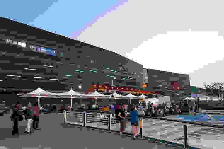 수변데크: Gansam Architects & Partners의  전시장,모던
