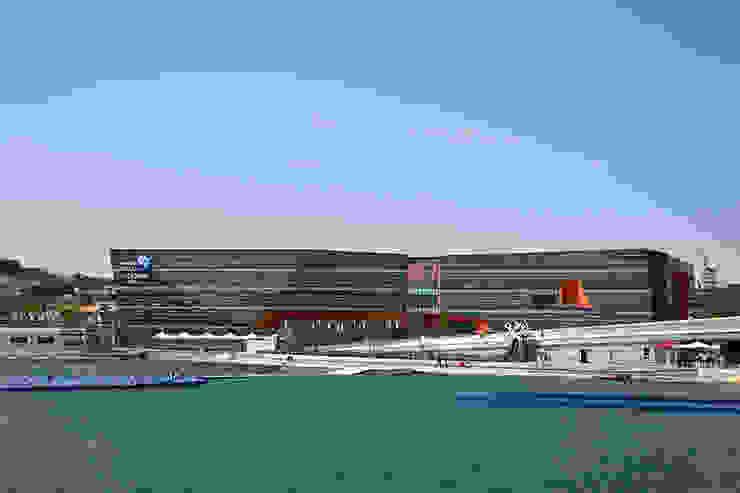 바다에서 바라본 전경: Gansam Architects & Partners의  전시장,모던