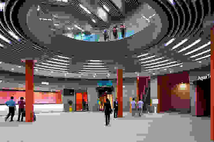 센터플라자: Gansam Architects & Partners의  전시장,모던