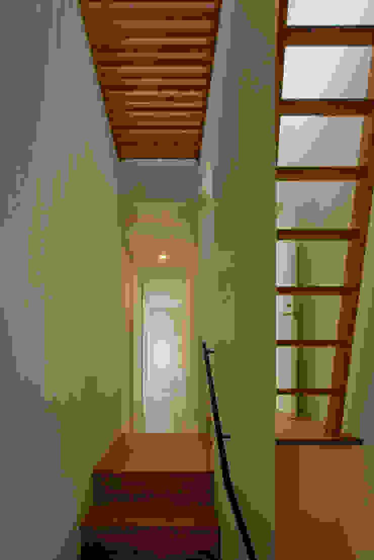 Modern corridor, hallway & stairs by 浦瀬建築設計事務所 Modern