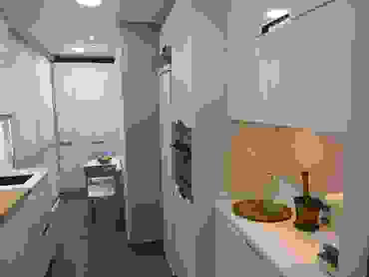 Cocina E&E. cocina y lavadero en una sola pieza Cocinas de estilo moderno de RENOVA INTERIORS Moderno