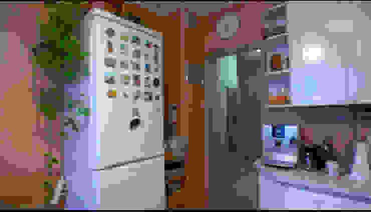 Так выглядела кухня героев программы до переделки. от Дизайн-студия HOLZLAB Кантри