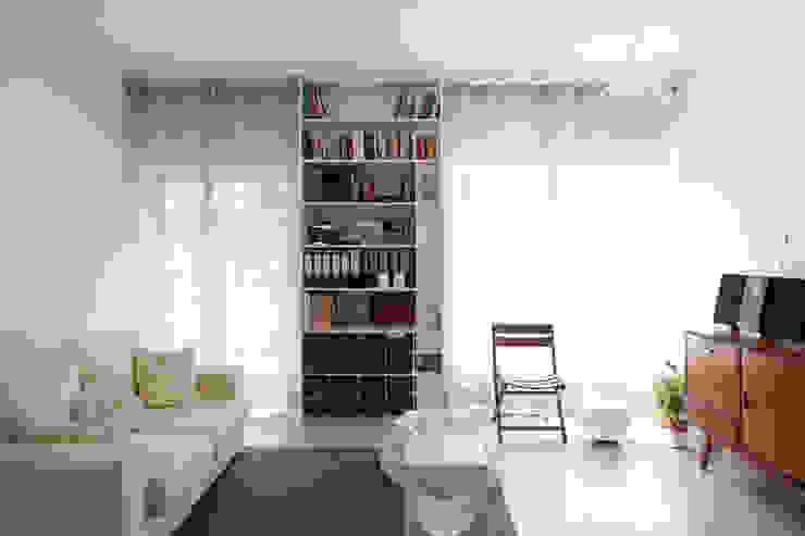 TM Apartment: Salas de estar  por TERNULLOMELO Architects,