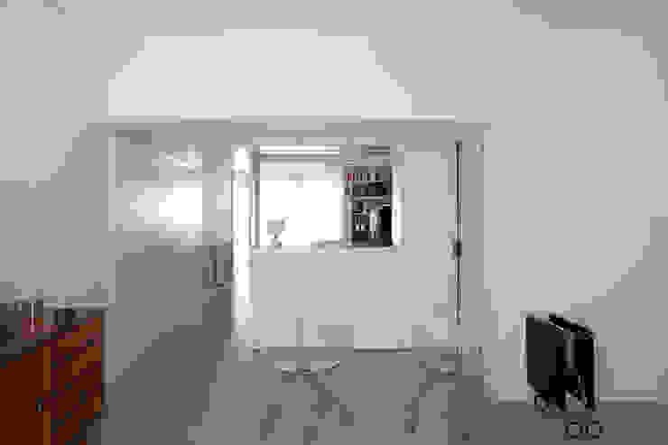 TM Apartment Corredores, halls e escadas modernos por TERNULLOMELO Architects Moderno
