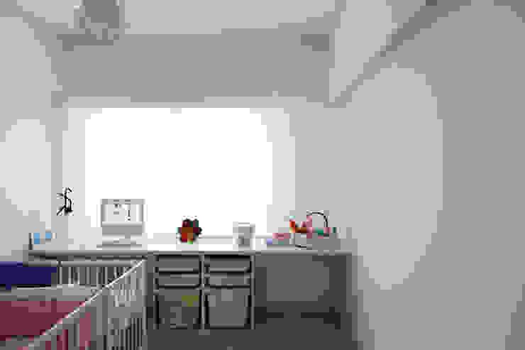 TM Apartment: Quartos de criança  por TERNULLOMELO Architects,