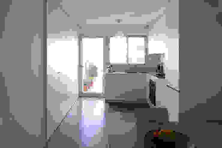 TM Apartment: Cozinhas  por TERNULLOMELO Architects,