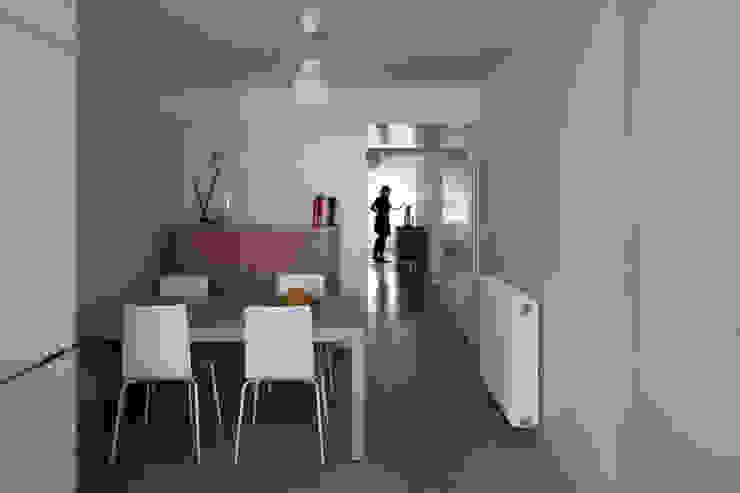 TM Apartment: Salas de jantar  por TERNULLOMELO Architects,