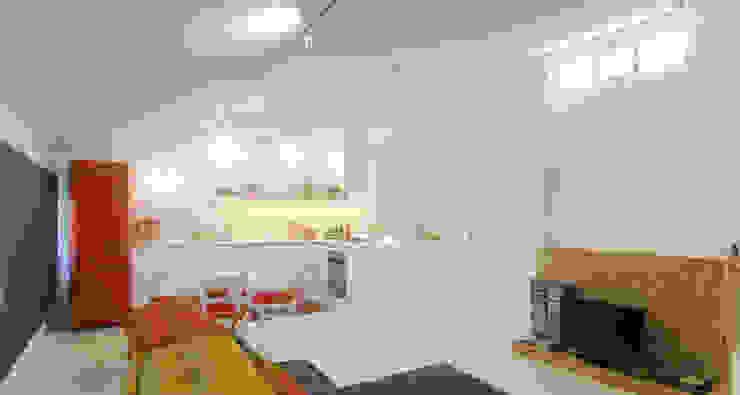 """open space:""""bianco""""_""""legno""""_""""colori"""" Cucina moderna di msplus architettura Moderno Legno Effetto legno"""