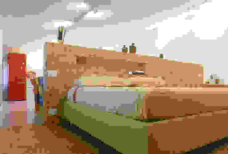 """open space:""""bianco""""_""""legno""""_""""colori"""" Camera da letto moderna di msplus architettura Moderno Legno Effetto legno"""