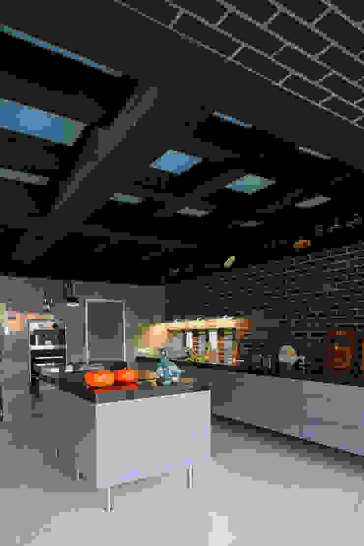 Загородный дом Подмосковье Кухни в эклектичном стиле от Анахина Эклектичный