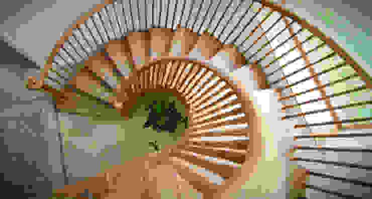 Spiral Staircase Hành lang, sảnh & cầu thang phong cách kinh điển bởi Buscott Woodworking Kinh điển