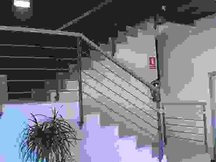 BARANDA COMBINADO ACERO Y MADERA CIERRES METALICOS AVILA, S.L. Clínicas de estilo moderno