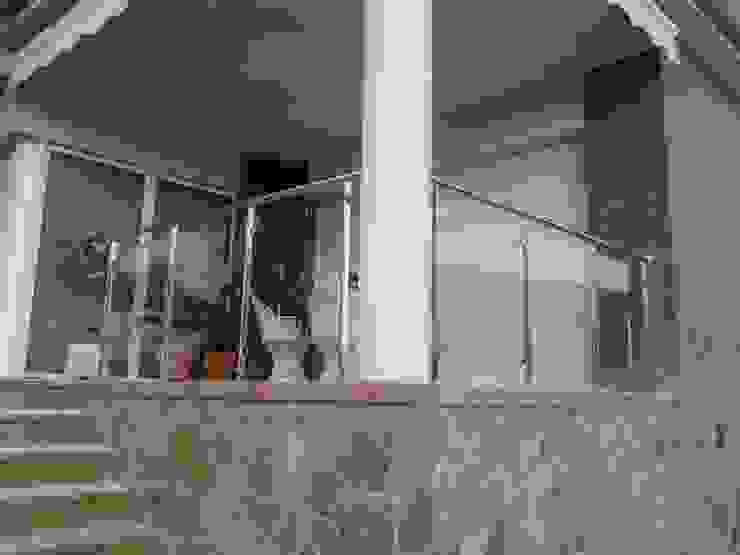 BARANDA ACERO INOX Y VIDRIO INCOLORO CIERRES METALICOS AVILA, S.L. Balcones y terrazas de estilo moderno