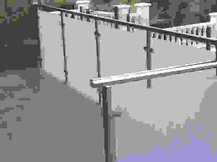 BARANDA ACERO INOXIDABLE Y VIDRIO MATE CIERRES METALICOS AVILA, S.L. Balcones y terrazas de estilo moderno