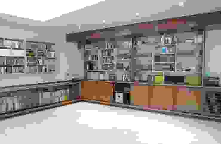16-Casa Raúl- Sala de música . Muebles en madera nogal y mapple Salas multimedia de estilo moderno de DELSO ARQUITECTOS Moderno Madera Acabado en madera