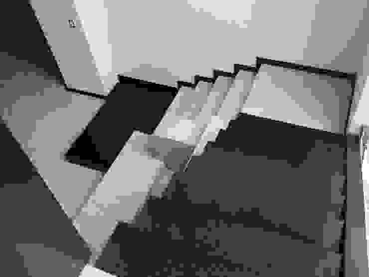 casa 25 Pasillos, vestíbulos y escaleras modernos de Hussein Garzon arquitectura Moderno Granito